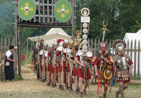 Roman_soldiers_with_aquilifer_signifer_centurio_70_aC