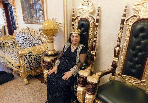 Maria Campina, regina Magiei Albe din Romania in scaunul de gala